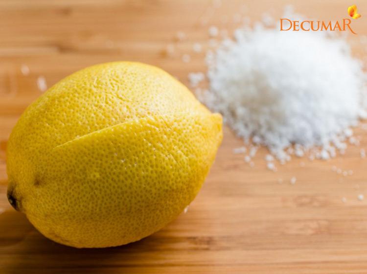 Chanh tươi và muối tạo nên hỗn hợp giúp trị mụn, kháng khuẩn cho da.