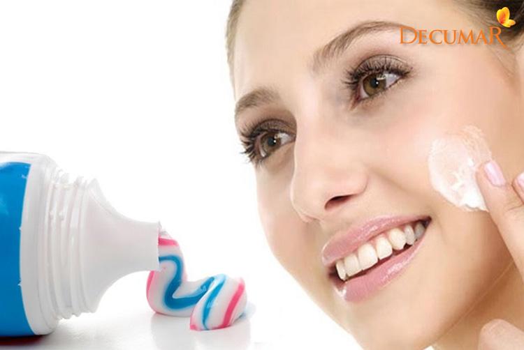 Dùng kem đánh răng trị mụn cám trên mặt