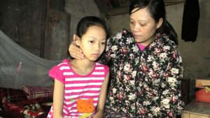 Hành trình gian nan của người phụ nữ đi tìm cách trị mụn cho con