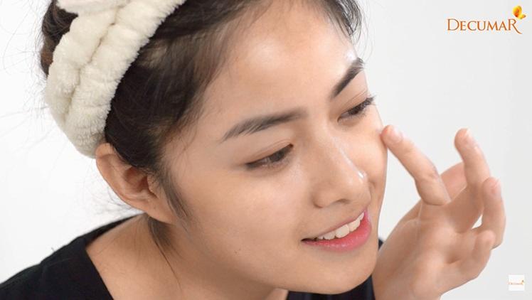 Dùng tăm bông hoặc tay sạch bôi Decumar lên vết mụn hoặc vùng da cần trị thâm sẹo