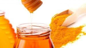 Nghệ và mật ong là nguyên liệu trị mụn được nhiều chị em tin dùng.