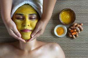 Đắp mặt bằng bột nghệ mật ong giúp loại sạch mụn trên da.
