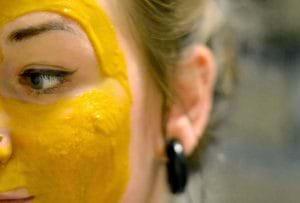 Đắp mặt nạ nghệ tươi và mật ong vừa giúp tẩy mụn vừa giúp phòng ngừa mụn rất tốt.