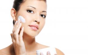 Để chăm sóc da khô bị mụn cần cung cấp độ ẩm cần thiết cho da.