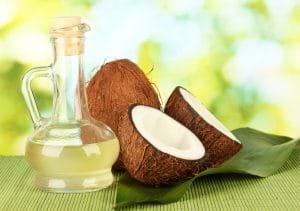 Dầu dừa vừa dưỡng ẩm vừa trị mụn cho da khô rất tốt.