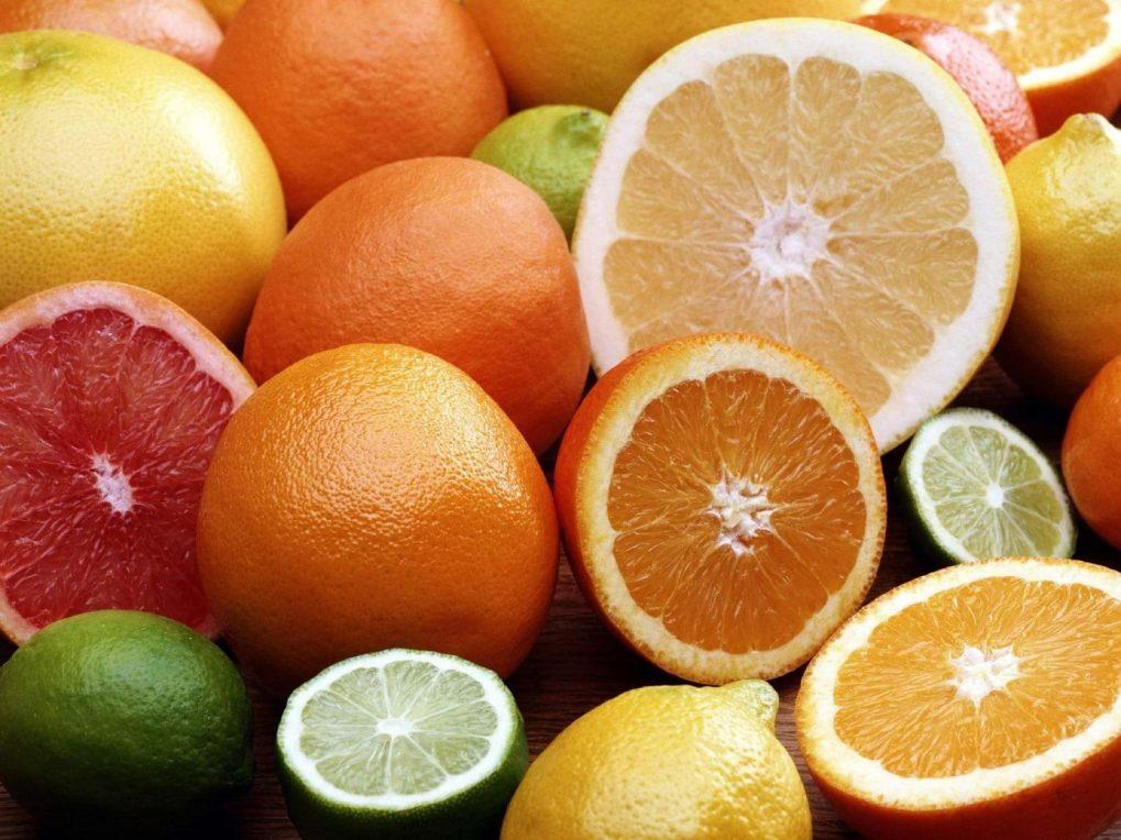 Vitamin C có trong cam, bưởi giúp trị thâm cho da từ bên trong rất tốt.