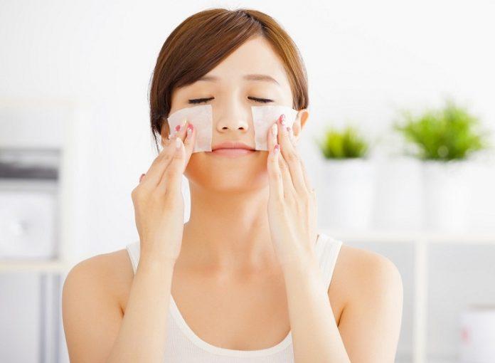 Dùng bông tẩy trang để chấm nước chanh lên vùng da bị mụn.