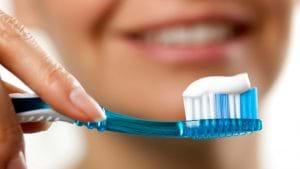 Kem đánh răng chứa nhiều chất giúp trị mụn hiệu quả.