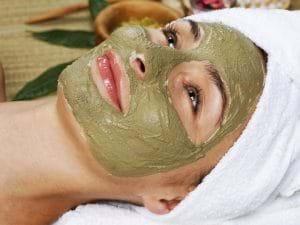 Mặt nạ đất sét giúp làm sạch da và trị mụn.