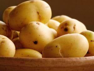 Khoai tây rất giàu các vitamin và dưỡng chất giúp làm sáng vùng da bị thâm.