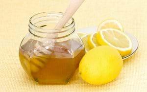 Hỗn hợp mật ong chanh tươi vừa trị thâm vừa dưỡng trắng da hiệu quả.