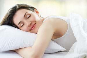 Chế độ ngủ hợp lí giúp tái tạo và trị thâm da tốt hơn.