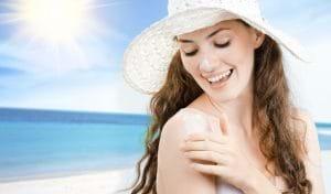 Hạn chế da tiếp xúc trực tiếp với ánh nắng mặt trời sẽ làm giảm thâm mụn hình thành.