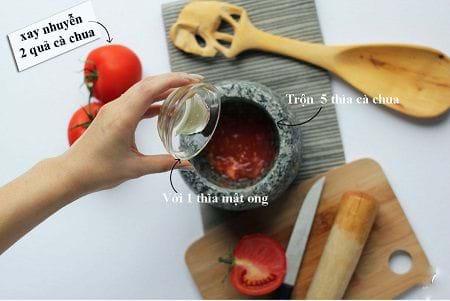 Mật ong kết hợp với cà chua, mặt nạ trị thâm hoàn hảo