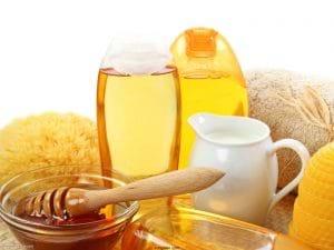 Mặt nạ mật ong chanh tươi giúp các đám mụn ẩn trồi lên bề mặt da.