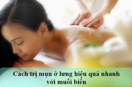 Muối làm sạch bề mặt da và trị mụn lưng hiệu quả