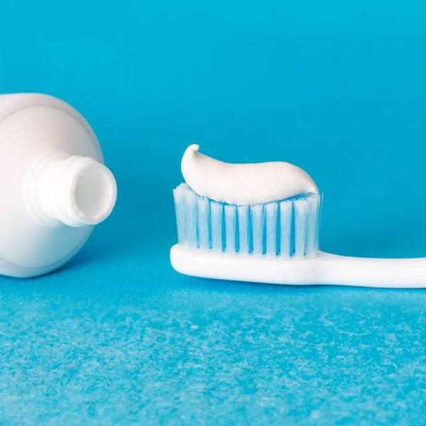 Kem đánh răng trị mụn bọc