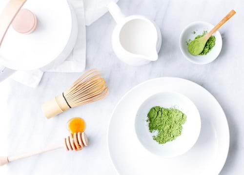 Tinh chất từ bột trà xanh và sữa chua sẽ trị mụn đồng thời nuôi dưỡng da từ sâu bên trong