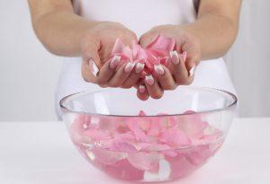 Công thức trị mụn đầu đen bằng nước hoa hồng cho các bạn gái