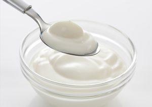 Cách làm mặt nạ trị mụn dưỡng trắng với một cốc sữa chua
