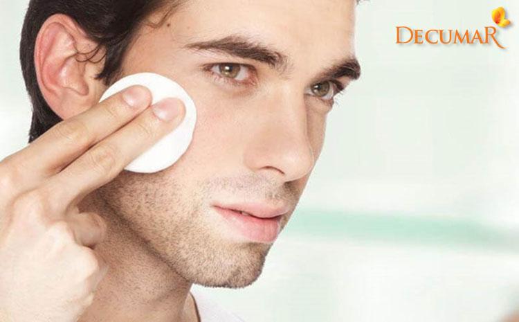 Tẩy trang là bước đầu tiên nam giới cần làm khi rửa mặt