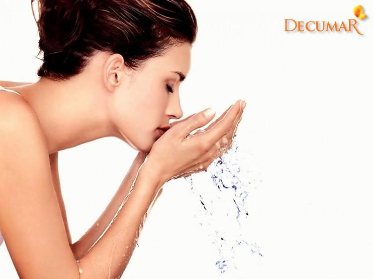 Rửa mặt với nước giúp trị sẹo thâm đỏ