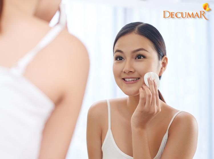 Tẩy trang da sạch sẽ sau khi makeup để tránh gây bí lỗ chân lông