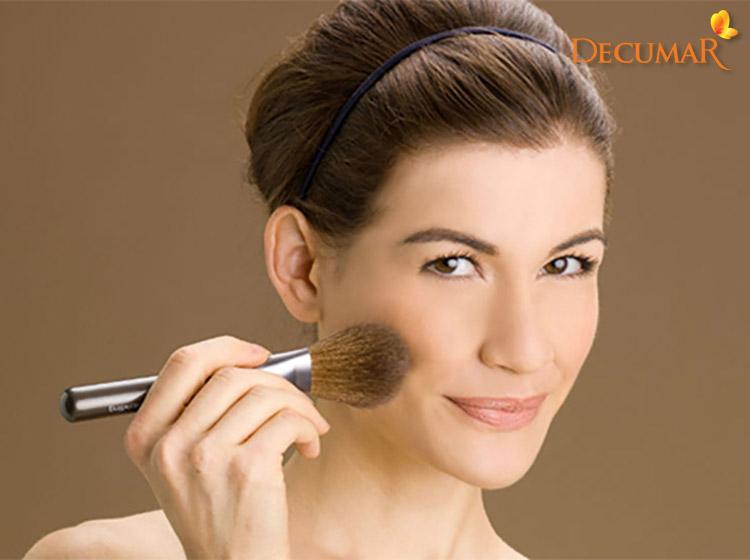 Trang điểm quá dày cũng sẽ khiến tình trạng mụn sưng viêm trầm trọng do da bị bít tắc lỗ chân lông