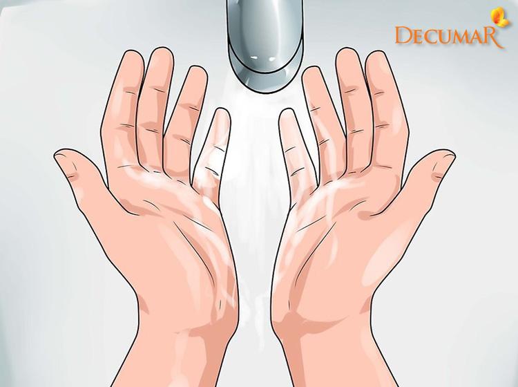 Vệ sinh tay trước khi nặn mụn bọc