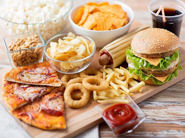Cũng có một số món ăn cần tránh để việc điều trị mụn viêm diễn ra thuận lợi hơn