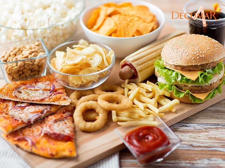 Ăn đồ ăn nhanh, đồ nhiều dầu mỡ dễ khiến da mặt bị mụn viêm