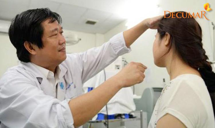 Thăm khám da liễu để xác định tình trạng của mụn đầu đen bị viêm
