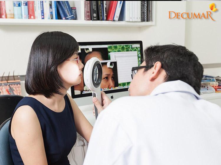 Cần thăm khám bác sĩ để có cách trị mụn viêm lỗ chân lông phù hợp
