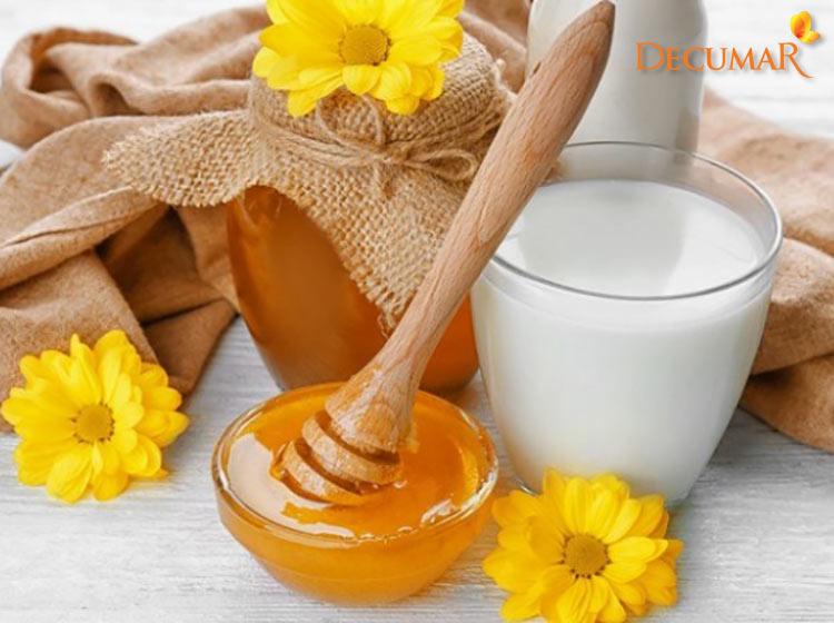 Mật ong và sữa tươi trị mụn thâm là công thức được rất nhiều chị em tin tưởng lựa chọn
