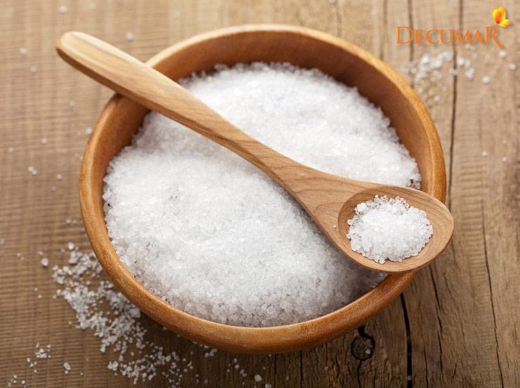 Muối tinh có chứa rất nhiều các khoáng chất giúp làm sạch da và trị thâm mụn hiệu quả
