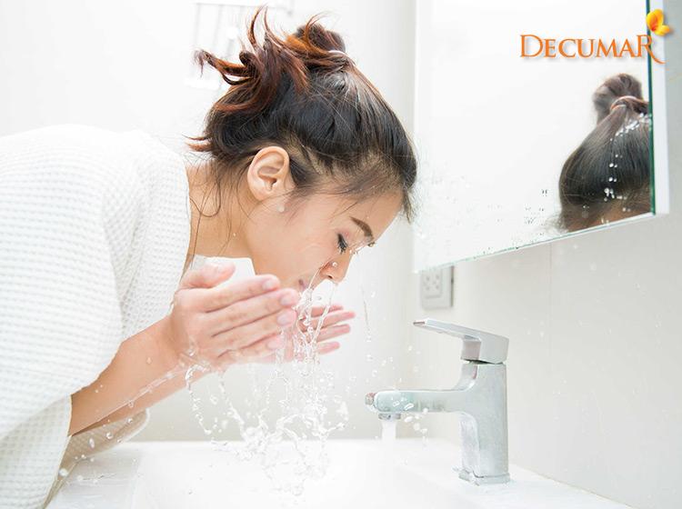 Vệ sinh da thường xuyên để giảm thiếu tác nhân gây mụn