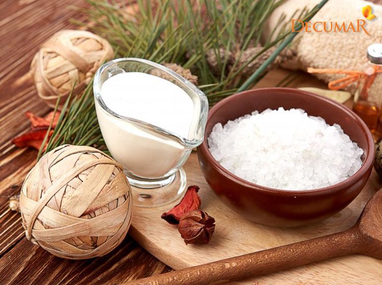 Sữa tươi và muối là công thức trị thâm và mụn rất dễ để thực hiện tại nhà