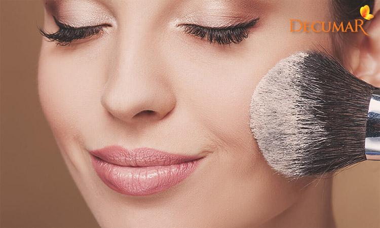 Việc trang điểm dày hoặc dùng sai mỹ phẩm cũng có thể khiến cho da bị mụn viêm lâu năm