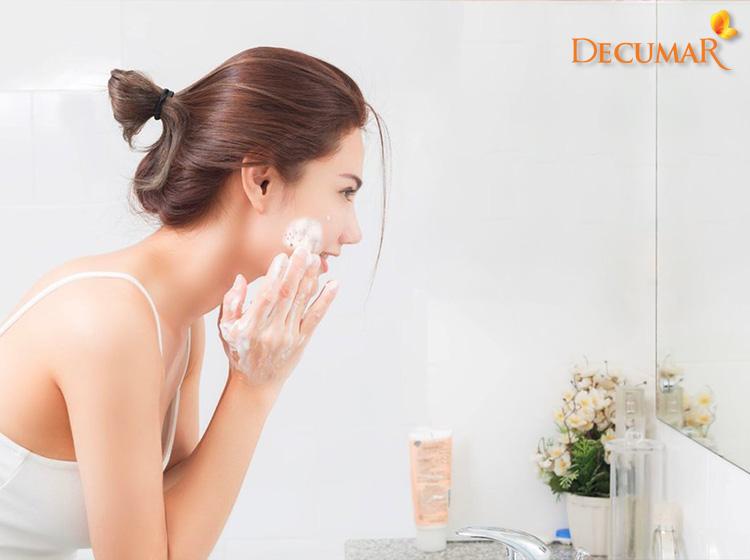 Việc vệ sinh da không sạch sẽ, thiếu khoa học cũng sẽ khiến cho tình trạng viêm mụn trở nên khó lường