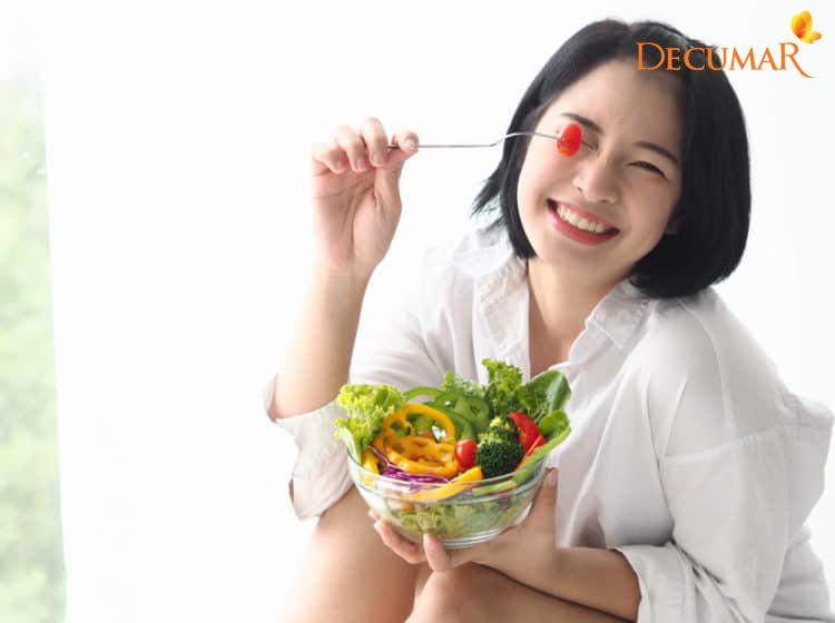 Có một chế độ ăn uống hợp lý cũng sẽ giúp điều trị mụn viêm chân lông hiệu quả hơn