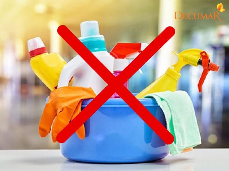 Cần tránh các chất tẩy rửa có thể khiến tình trạng mụn nước trầm trọng hơn