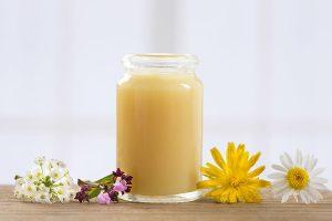 Bật mí cách dùng sữa ong chúa trị mụn ẩn cực đơn giản và hiệu quả