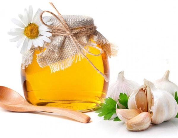 Trị mụn ẩn bằng tỏi và mật ong