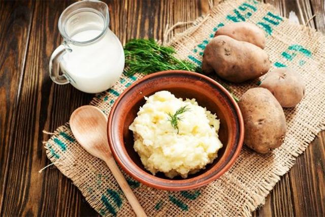 trị mụn đầu đen bằng khoai tây và dầu dừa