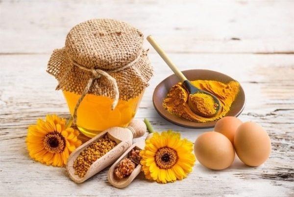 Trị mụn đầu đen bằng mật ong và tinh bột nghệ